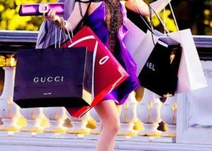 Покупательница брендовых товаров